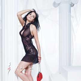 短裙上小花点缀,更显玉肌的娇嫩,瞬间打造一个性感妩媚的女人,竖领设计,立体罩杯裁剪,舒适的细纱面料垫底。短裙以蕾丝修边,凸显浪漫风情!