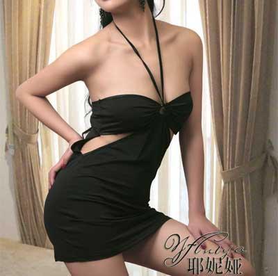 围领式细带,设计款式新颖时尚,胸部以下一点镂空设计,别致.内搭同色系同质地小裤!
