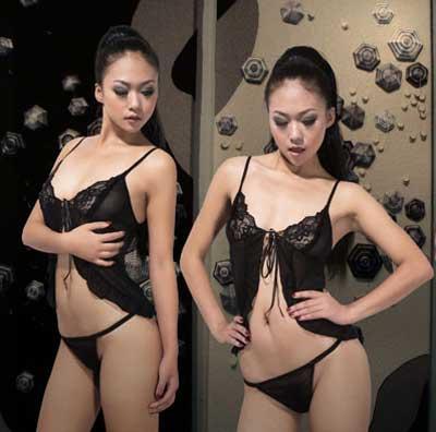 荷叶边的下摆,更配有设计大胆的同款式T裤,前片缀以一片黑色蕾丝,中间以衣黑色性感蝴蝶结轻轻勾住,形状犹如蝴蝶翅膀,振翅欲飞