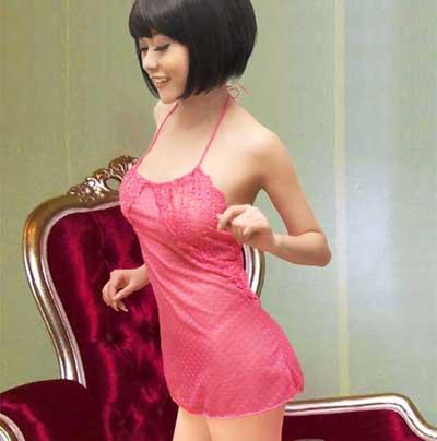 玫红色的细纱映衬下,婀娜多姿,妩媚动人,配同色系小裤。