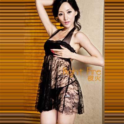 礼服式的设计让女人在夜晚的时候高贵的气质与性感的身材,透纱的肩带,花朵的裙身,深夜出席一场水火交融的盛宴无与伦比。