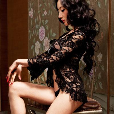 黑色玫瑰让女人在寂静的夜晚充满了神秘感,让男人不禁对她产生了无限的幻想,想要极力去探索玫瑰深处到底是什么?