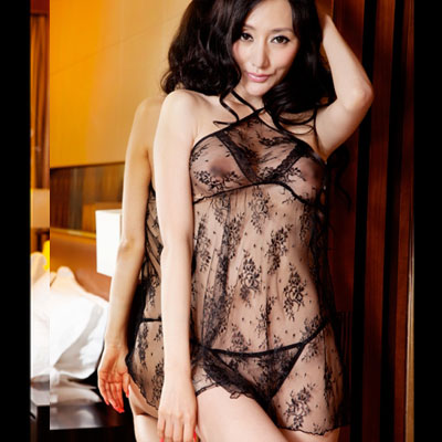系脖设计展现女性古典性感的魅力,花纹打底让整个透视装不仅性感而又不缺优雅的感觉 。裙子底下的T裤更是隐约的透出女人私处的诱惑,让你们在这个夜晚充满无限激情。