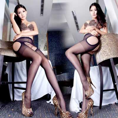 情趣丝袜采用高档优质面料,弹性佳,不勾丝,延伸性长,视觉上超级显瘦。它是结合东方女性双腿生理特点设计,缔造修长美腿,圆润翘臀穿出来