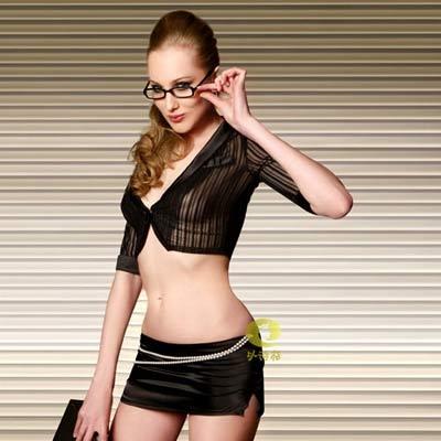 衬衫领,胸部中间黑色大花相连接,既正式又时尚。上衣稍透明的竖条纹面料更显苗条身材。