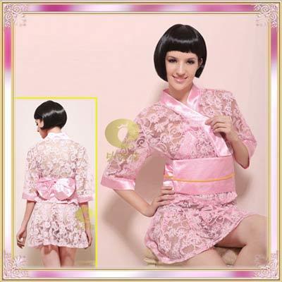 粉色薄纱上镶有烧花图案,朵朵花瓣的边缘镶有白金色的亮片,上衣腰部里外各一个水晶扣,可调节和服的宽松度,宽腰带后加上粉红色的蝴蝶结
