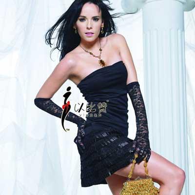 低胸的前襟设计,柔软的轻纱质地,给肌肤最好的触感。裙子前片的一层一层的折叠,给衣服增添一种高贵的气息,性感诱人。舒适贴身,充分展现女性柔美曲线,妩媚性感。