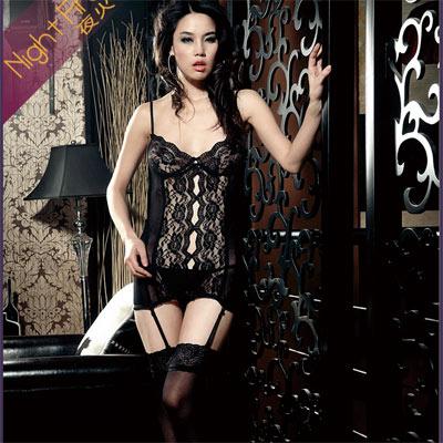 全身透明的透纱搭配朵朵立体花型图案,罩杯边缘蕾丝滚边,四根吊带搭配可搭配丝袜