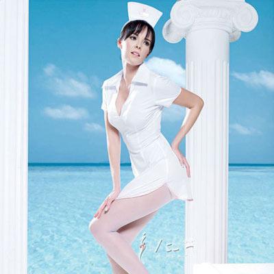 白色的纯洁,犹如仙女下凡,有点露背的设计,更是巧夺天工,翻领设计与裙部下端弧形设计,让您的心为之跳动。